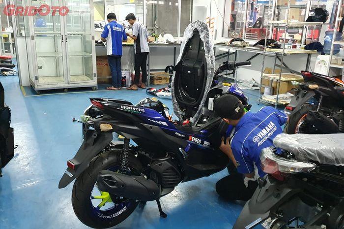 Beberapa unit motor dalam proses repaint di Cargloss Custom Painting