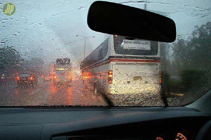 Ilustrasi kaca mobil pas hujan