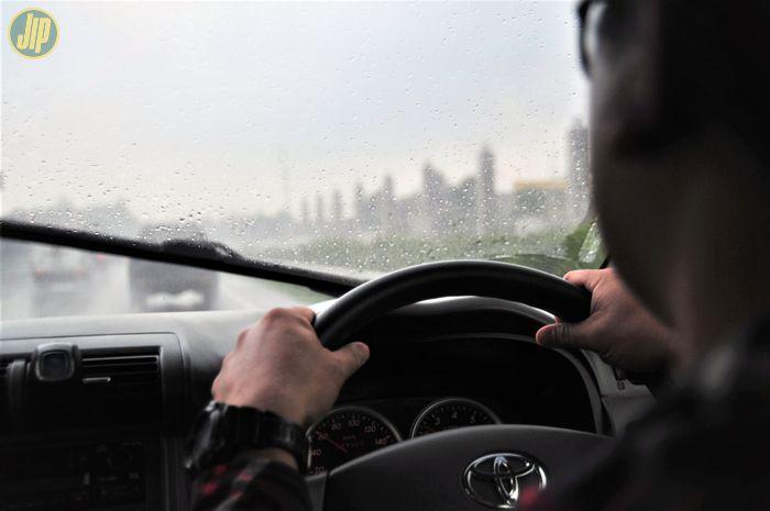 Ilustrasi mengendara musim hujan
