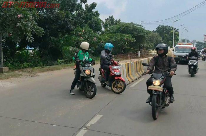 Dua pemotor melawan arah sesudah melewati flyover Lenteng Agung di Jakarta Selatan
