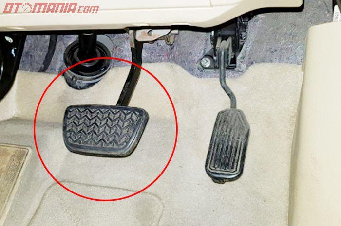 Pedal rem transmisi automatic, lebih lebar. Apa alasannya?