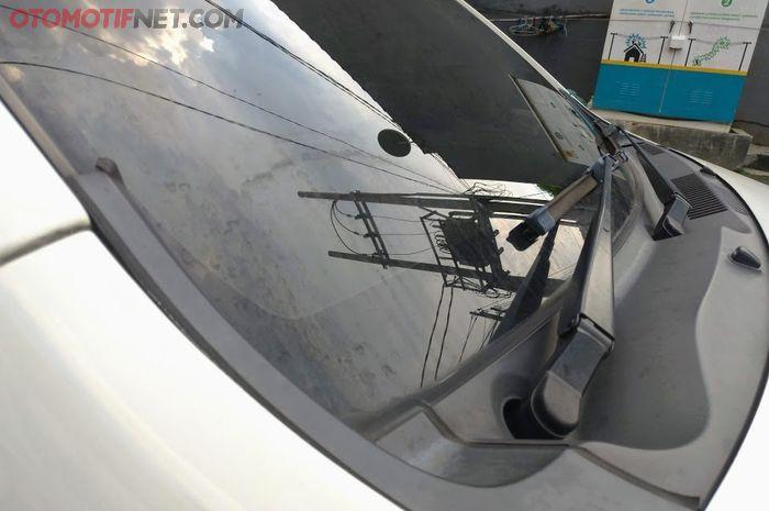 Illustrasi bercak air atau waterspot pada kaca mobil