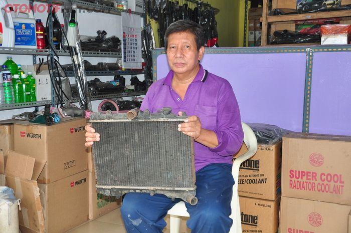 Bardi, satu dari dua anak Sudiono yang masih meneruskan usaha perbaikan radiator