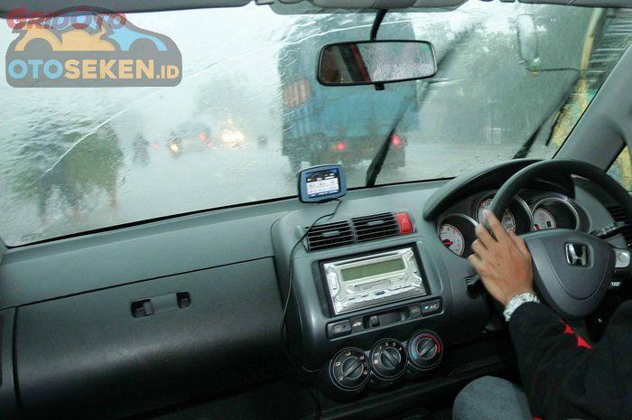 Ilustrasi mengemudi saat hujan deras