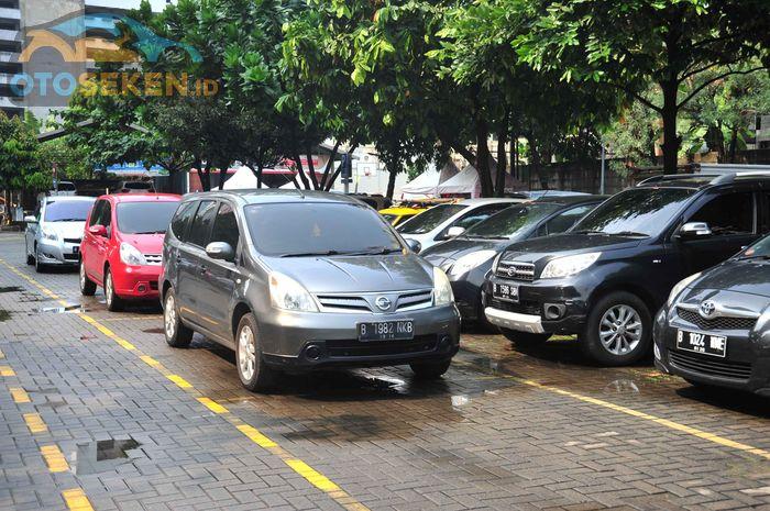 Ilustrasi mobil parkir dan jarang digunakan