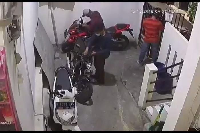 Aksi komplotan maling motor di sebuah indekos