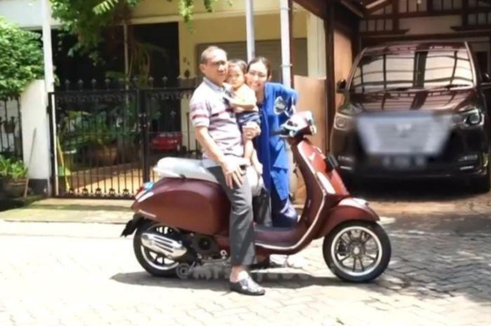 Ayu Dewi berfoto bersama sang ayah dan sang anak di atas Vespa