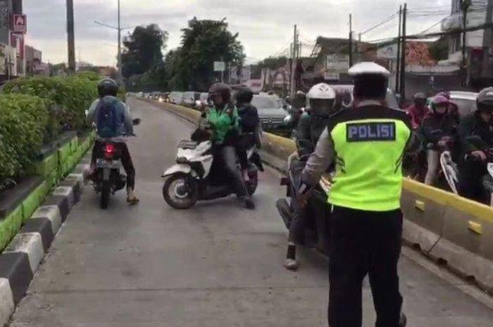Sejumlah pengendara motor nekat putar balik dan melawan arah untuk menghindari petugas kepolisian yang sedang menggalr razia di Jalan Otista Raya, Bidara Cina, Jatinegara, Jakarta Timur, Senin (4/2/2019).