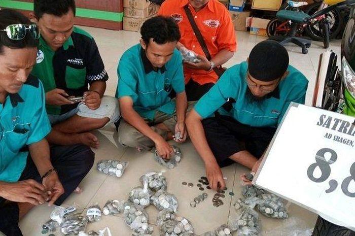 Uang receh yang dibayarkan pembeli, dihitung oleh pemilik dealer motor second (bekas) di Gebang Syariah Motor (GSM), Solo.
