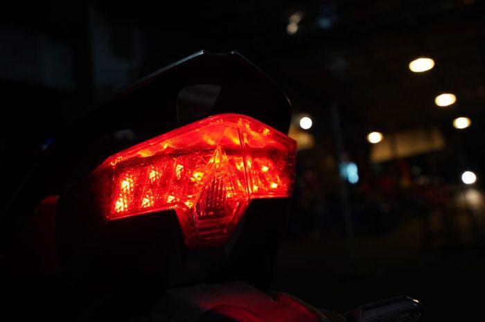 Ilustrasi warna lampu rem motor