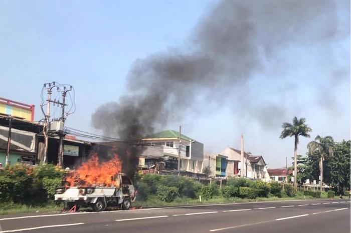 Gara Gara Korslet Pikap Ludes Terbakar Di Tol Jakarta Cikampek