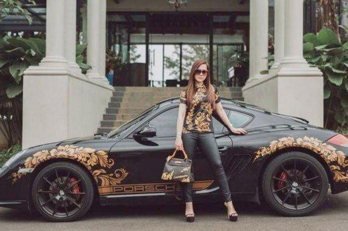 Tak hanya Menempel pada tasnya saja, Motif batik juga menghiasi mobil Porsche milik Luxiediandra