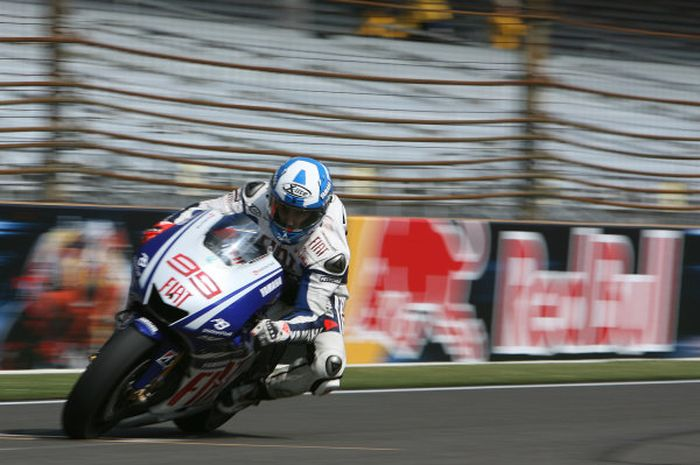 Jorge Lornezo menggunakan Xlite X802RR dengan motif Captain America saat MotoGP amerika 2009
