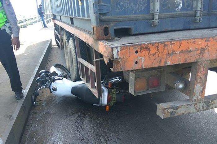 Suzuki Thunder Ipda Tatang yang jadi ganjalan truk.