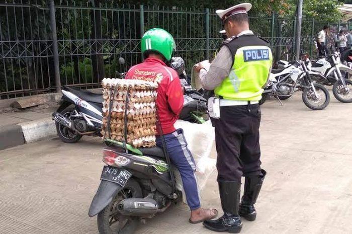 Ilustrasi penilangan motor roda dua yang angkut barang oleh Polisi.