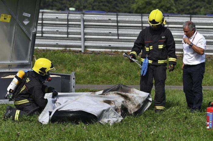 Motor MotoE milik Niki Tuuli terbakar di MotoE Austria dan berhasil dipadamkan oleh petugas pemadam kebakaran