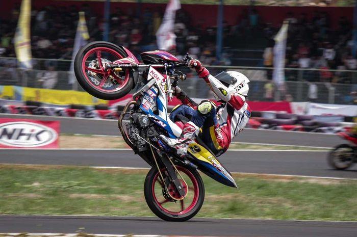 Boy Arby berselebrasi selepas podium race kedua Kejurnas Motorprix Sentul (24/8).