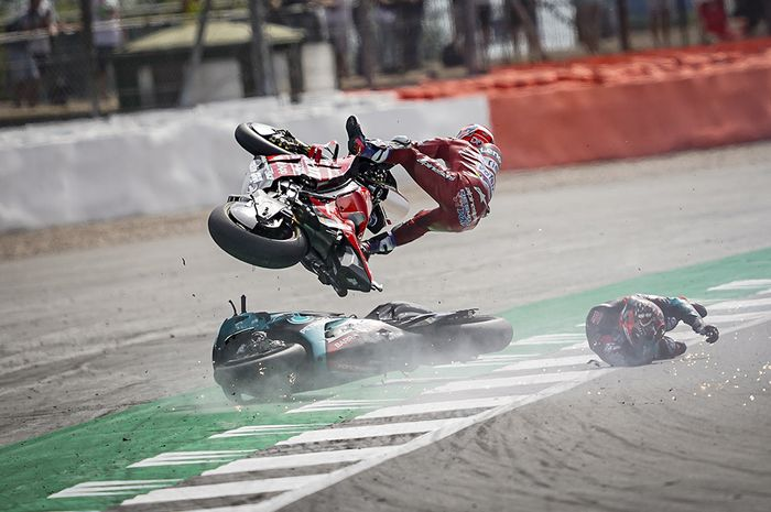 Andrea Dovizioso terbang di udara usai menabrak motor Fabio Quartararo di MotoGP Inggris