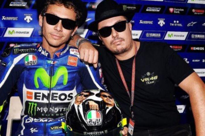 Valentino Rossi bersama Salucci, sahabatya sedari kecil yang selalu ikut menemaninya setiap balapan