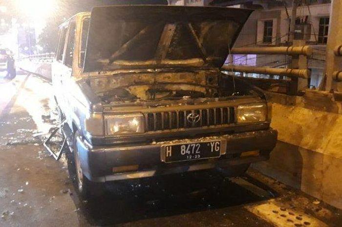 Mobil kijang yang terbakar di flyover Jatingaleh Kota Semarang, Jumat (6/9/2019).