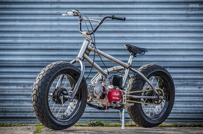 Sepeda BMX Tak Mau Punya Pedal, Mesin Motor Menempel, Kaki