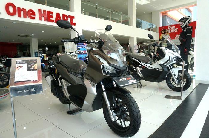Ilustrasi Honda ADV150 di showroom
