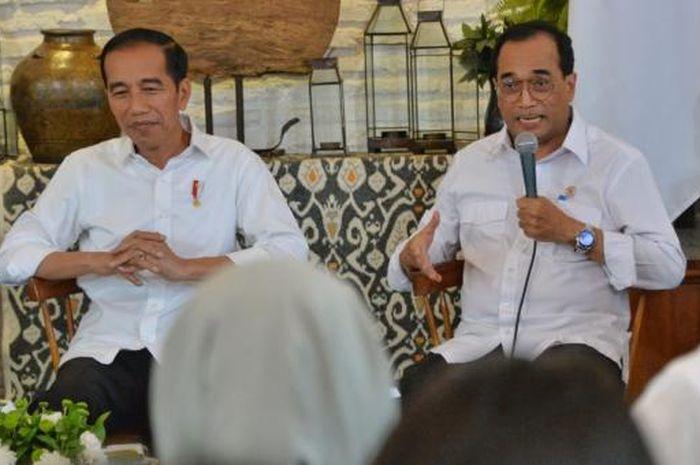 Presiden Joko Widodo duduk bersama Menteri Perhubungan, Budi Karya Sumadi
