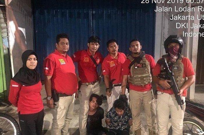 Tim Tiger Alpha Polres Metro Jakarta Utara menangkap dua pemuda pengangguran yang kedapatan membawa sajam.