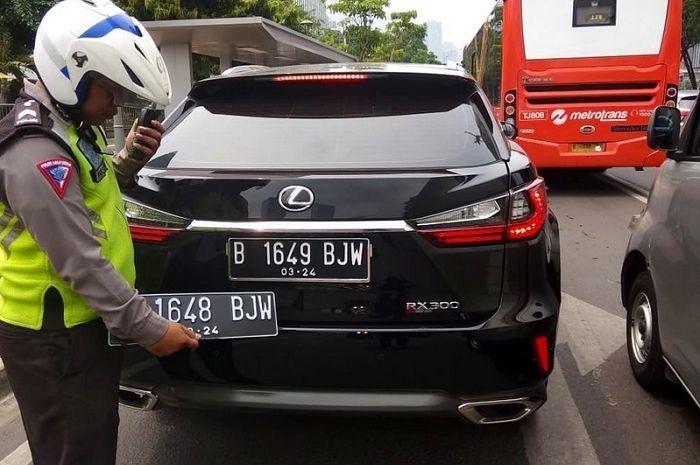 Pasang nopol palsu, mobil mewah SUV Lexus ditangkap petugas.