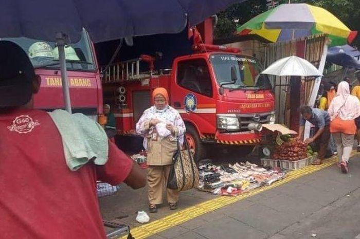 Pemandangan di Tanah Abang, dagangan PKL halangi truk pemadam kebakaran
