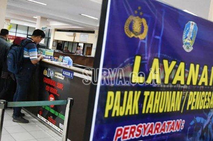 Suasana Samsat Manyar Surabaya, Senin (23/9/2019) yang merupakan hari pertama program pemutihan pajak kendaraan bermotor dan gratis bea balik nama yang digagas Pemprov Jatim. Program yang digelar tahunan itu akan berakhir hingga Sabtu (14/12/2019).    Artikel ini telah tayang di surya.co.id dengan judul Jangan Sampai Terlambat! Pemutihan Pajak Kendaraan Bermotor Jatim Ditutup Tiga Hari Lagi