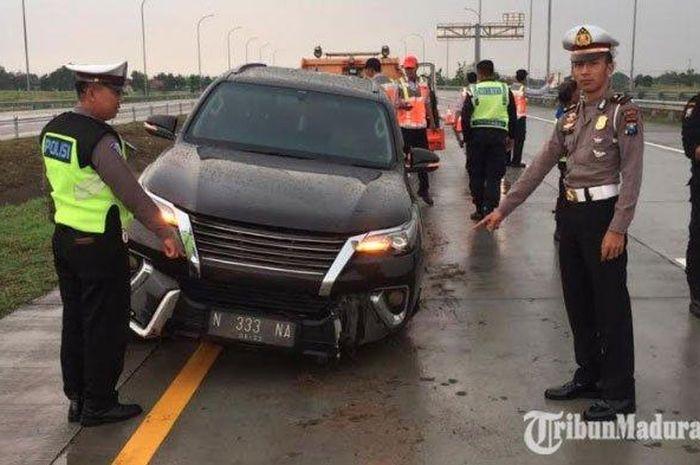 Kaki-kaki kiri Toyota Fortuner VRZ patah usai hajar pembatas tol Jombang-Mojokerto