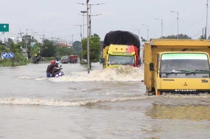 Jalan Raya Porong Sidoarjo salah satu wilayah yang kerap banjir saat musim hujan.