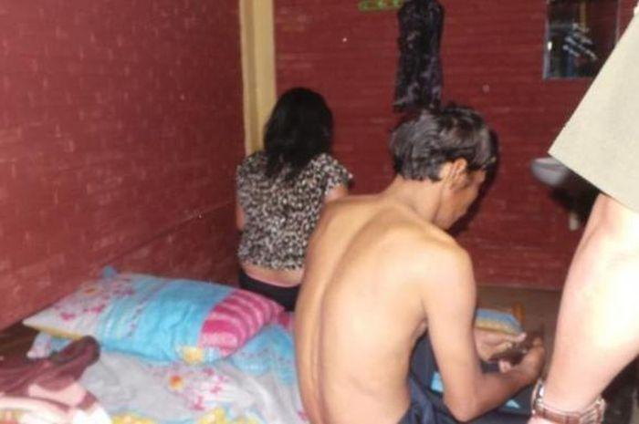 Ilustrasi pasangan ilegal saat ditangkap petugas