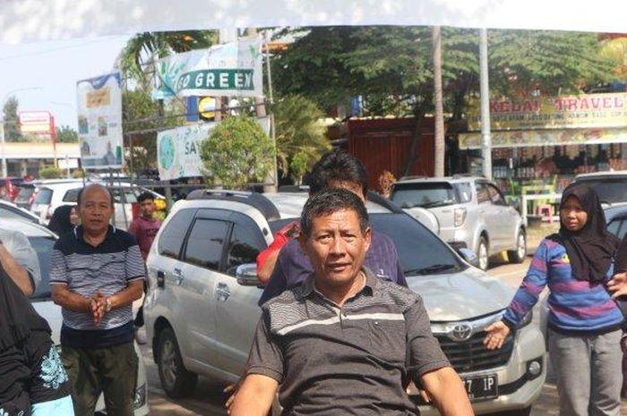 Sejumlah pengendara saat senam bersama jajaran Satlantas Polres Cirebon Kota di Rest Area KM 207 Tol Palikanci, Selasa (24/12/2019).