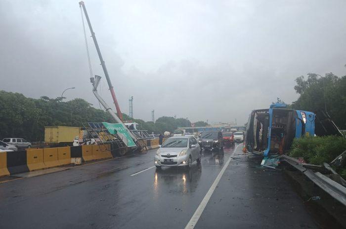 Ilustrasi. Bus Damri yang alami kecelakaan di Jalan tol Sedyatmo