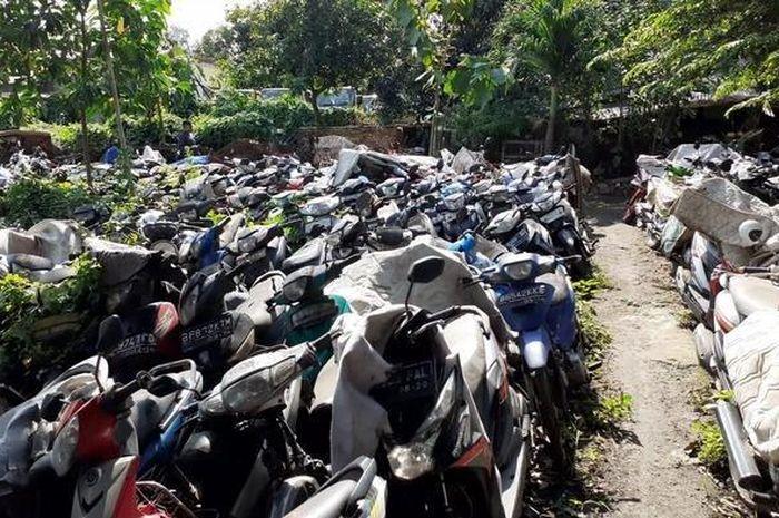 Lahan di kawasan Jalan Pejuang, Kelurahan Teluk Pucung, Kecamatan Bekasi Utara, Kota Bekasi menjadi 'kuburan' ribuan kendaraan.