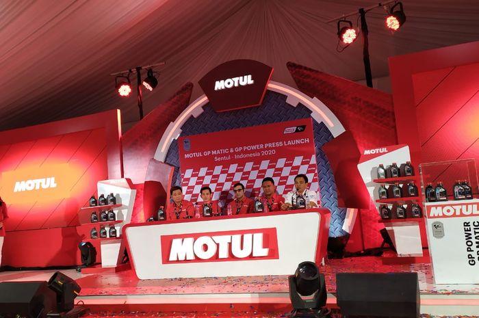 Manajemen Motul dalam peluncuran produk terbaru mereka.