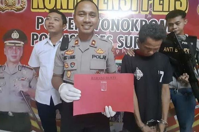 Kapolsek Wonokromo didampingi Kanit Reskrim saat menunjukkan tersangka dan barang bukti
