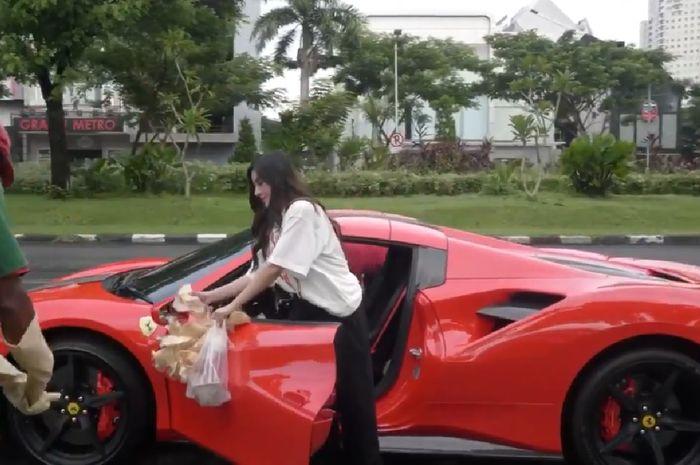 Tangkapan layar akun Instagram @shandypurnamasari bagi-bagi nasi bungkus naik Ferrari