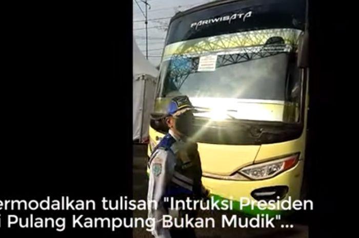 Bus pariwisata PO Putra Amanah yang membawa pemudik dari Sumatera menuju Kota Solo dan Pati dicegat petugas Dishub Semarang, Selasa (28/4/2020).