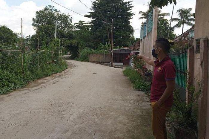 Akbar salah seorang warga sekitar menunjukkan lokasi kejadian pembegalan di kuburan cina Kelurahan Sukabangun 1, Kecamatan Sukarami, Kota Palembang, Kamis (7/5/2020)