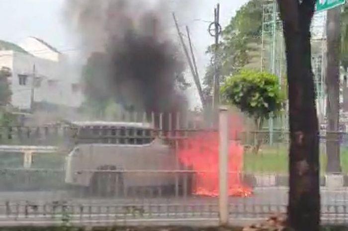 tangkapan layar dari video mobil Toyota Alphard yang terbakar di Pondok Indah, Jakarta Selatan, Senin (11/5/2020)(Walda Marison / Kompas.com)