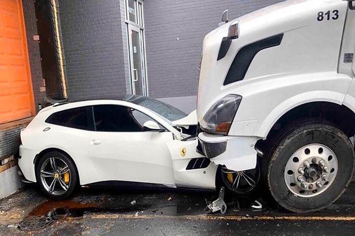 Salam Perpisahan Sopir Truk Saat Dipecat Ferrari Gtc4lusso Milik Bos Dicium Pakai Volvo Dower Enggak Gepeng Iya Gridoto Com