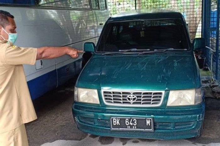 Staf Sekretariat Kantor Bupati Deliserdang menunjuk mobil dinas yang sebelumnya dikuasai oleh Mantan Pejabat Pemkab Deliserdang, Susmono Selasa, (12/5/2020) .