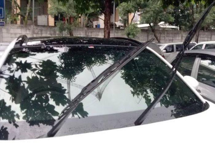 Ilustrasi angkat wiper saat mobil parkir di tempat panas