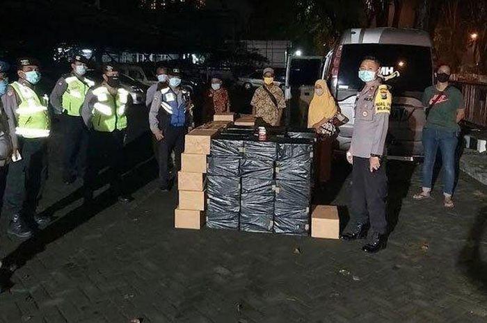 Polisi saat amankan barang bukti ratusan rokok ilegal dan tersangka di Pos Pengamanan Raya Rungkut Industri Surabaya, Jumat (22/5/2020).