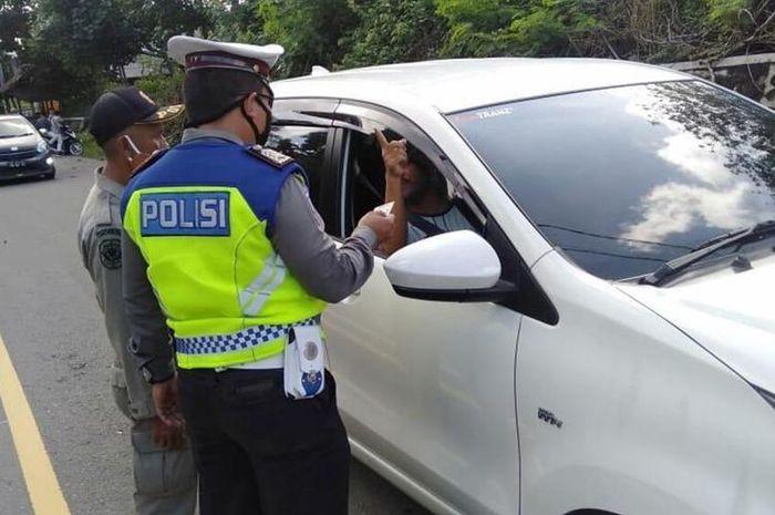 Pemeriksaan kendaraan di jalan menuju Pantai Mandalika