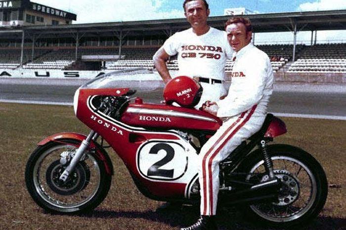 Dick Mann menunggangi Honda CB750 Racing