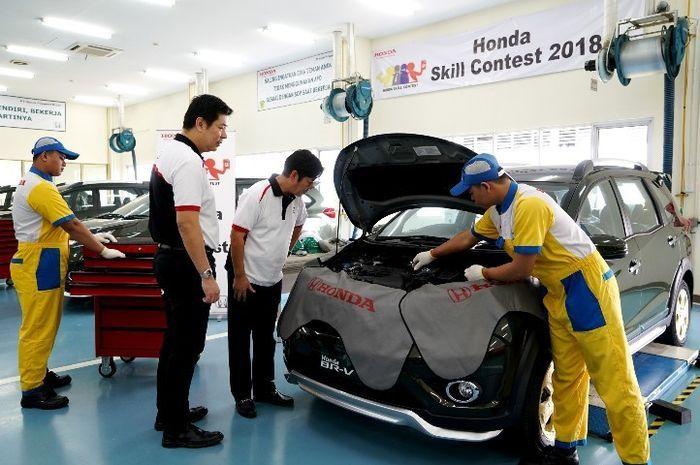 Ilustrasi. Servis di bengkel resmi Honda.
